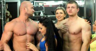صورة إمراة مثيرة أمام رجل مفتول العضلات