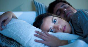 إمرأة عربية مستيقظة أثاء الليل