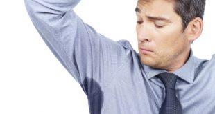 صورة رجل ينظر ال قميصه المبتل عرقاً