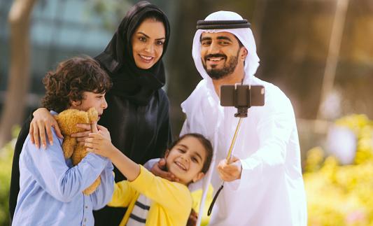 عائلة عربية سعيدة