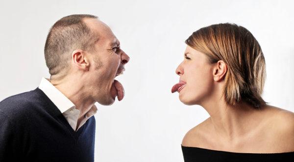 رجل و إمرأة في حالة غضب