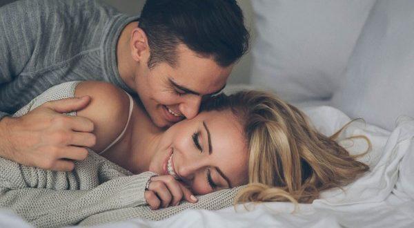 صورة زوجين في الفراش