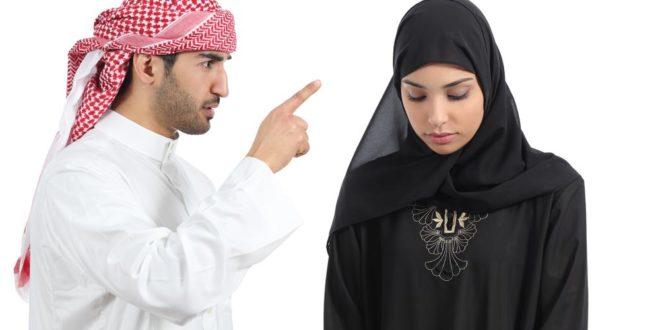 صورة رجل عربي يوبخ زوجته