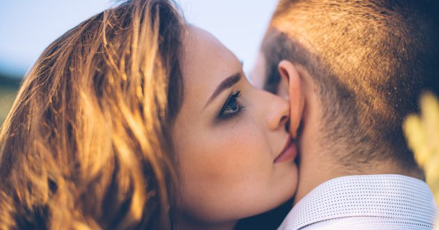 صورة زوجة تغمر زوجها