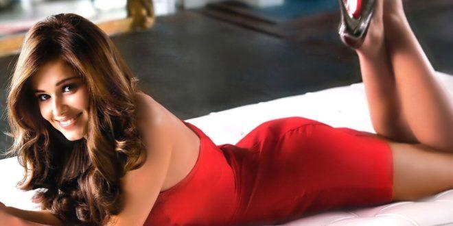 إمرأة مثيرة بلباس أحمر