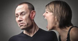 إمرأة تصرخ في وجه زوجها