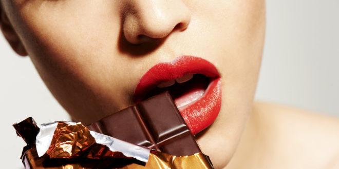 إمرأة مثيرة تأكل شوكولاتة