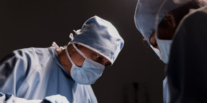 surgeon-concentrates-on-work